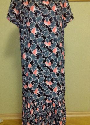 Красивое прямое платье с плиссированной оборкой