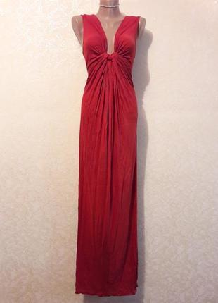 Красивое длинное элегантное красно-терракотовое платье