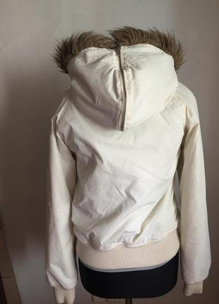 Утепленная куртка с капюшоном.
