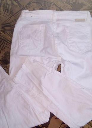Белоснежные нарядные джинсы в состоянии новых