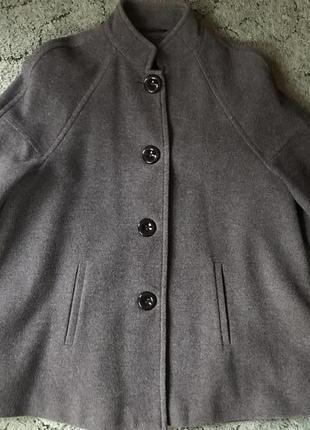 Серое брендовое пальто-пончо