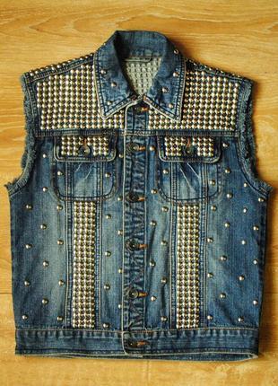 Женская джинсовая жилетка с заклепками