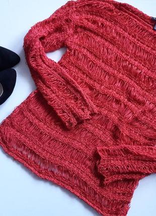Красный интересный свитер