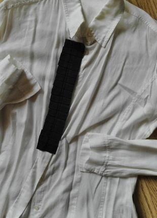 Классическая строгая офисная белая рубашка с черной отделкой