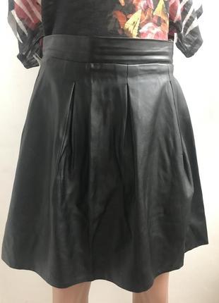 Классная чорная юбка на осень из кожзама размер s m