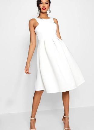 Бомбезное белое пышное миди платье