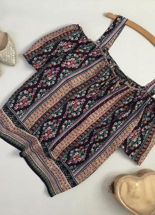 Стильная блуза с узором и со спущенными плечами