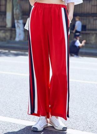 Самые модные брюки свободного кроя с полосками сбоку