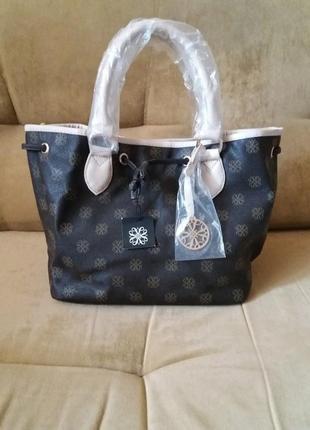 Симпатичная вместительная коричневая сумка с бежевыми вставками