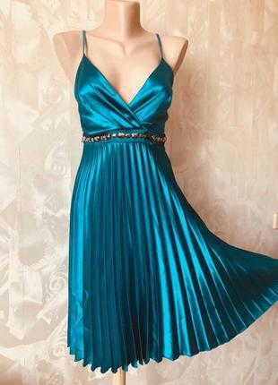Восхитительное платье  изумрудного цвета из атласа