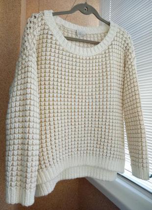 Теплый свитер крупной вязки кремового цвета