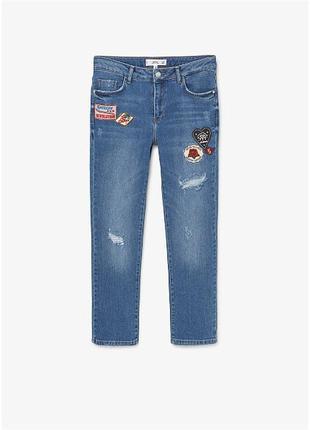 Стильные джинсы с нашивками mango