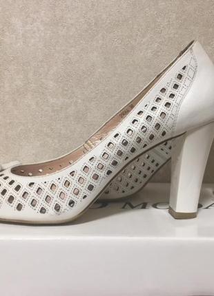 Продам кожаные белые туфли б\у (38р)