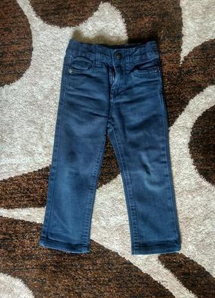 Темно-синие джинсы узкачи