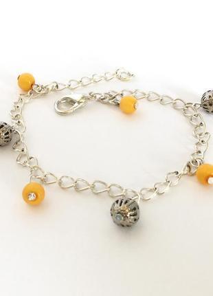 Серебристый браслет с желтыми и металлическими бусинами (ручная работа)