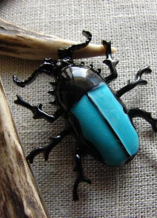 Оригинальная брошь в виде жука. металл, эмаль