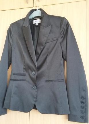 Черный в полоску пиджак и юбка mango