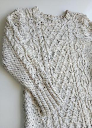 Удлиненный теплый свитер крупной вязки кремового цвета