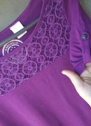 Яркая фиолетовая футболка