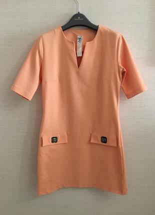 Короткое платье персикового цвета