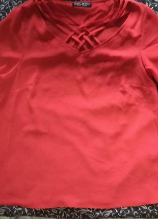 Красная блуза-футболка с переплетом