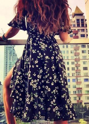 Платье boohoo миди с цветочным принтом и оборками c сайта asos