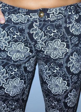 Темно-синие джинсы в цветочный принт,р. 29