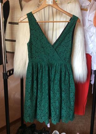 Кружевное мини платье с вырезом