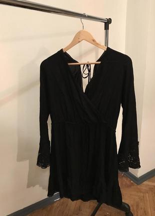 Красивое черное платье с вырезом на спине и ажурными рукавами