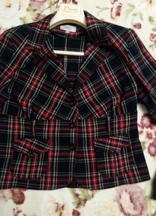 Стильный пиджак в клетку  с накладными карманами