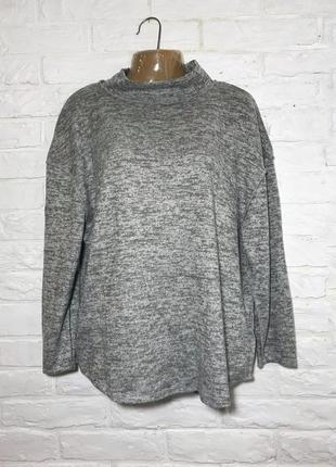 Серый свитер гольф с горловиной на over size свободного пошива