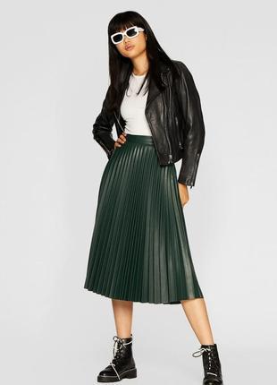 Зеленая плиссированная юбка из кожзама замши stradivarius xs,s,m,l