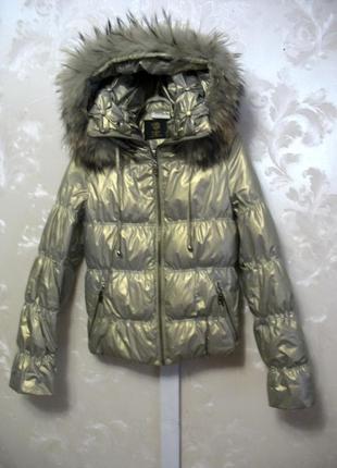 Блестящая короткая куртка-пуховик jeanplay с меховым воротником
