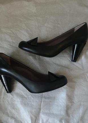 Итальянские кожаные туфли на низком каблуке