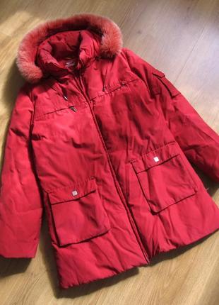 Куртка красная однотонная с капюшоном удлиненная удобная зимняя утепленная
