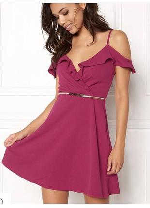 Яркое платье на запах с поясом и оборками, открытые плечи, юбка клёш
