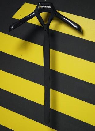 Зауженный черный галстук