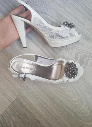 Новые laura biagiotti 39 кожаные босоножки белые на свадьбу невесте
