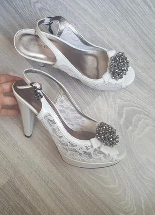 Срочно! новые laura biagiotti 39 кожа босоножки белые на свадьбу невесте2 фото