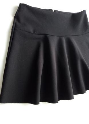 Черная юбка мини из плотной стрейчевой ткани на кокетке