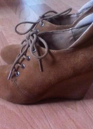 Замшевые ботиночки на танкетке.