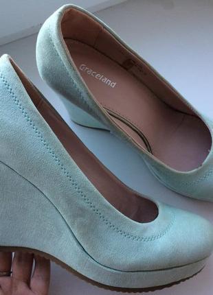 Туфли на платформе красивого цвета