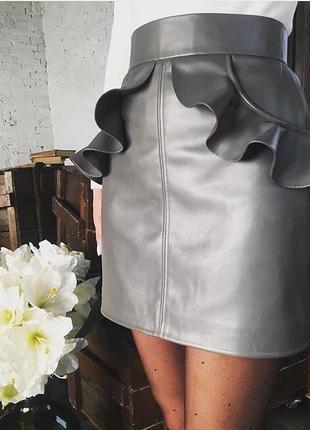 Шикарная кожаная мини юбка серая с оборками на карманах кожа