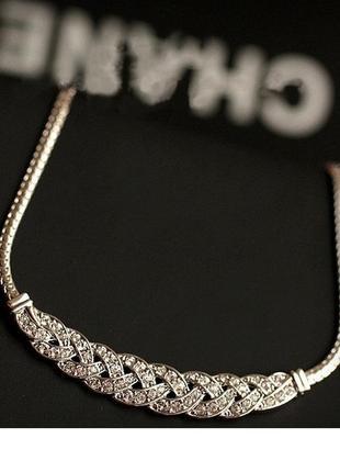 Нежное колье ожерелье цвета серебро в камнях