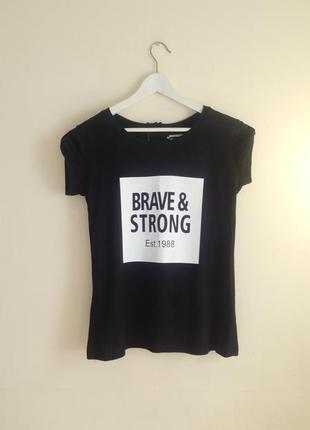 Черная футболка с надписью