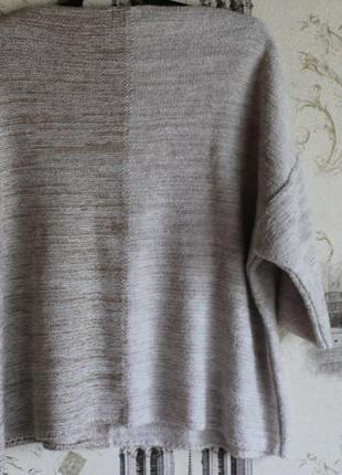 Теплый вязаный свитер со спущенным рукавом