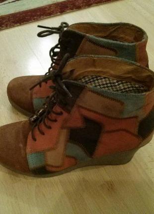 Демисезонные женские  замшевые ботинки на платформе