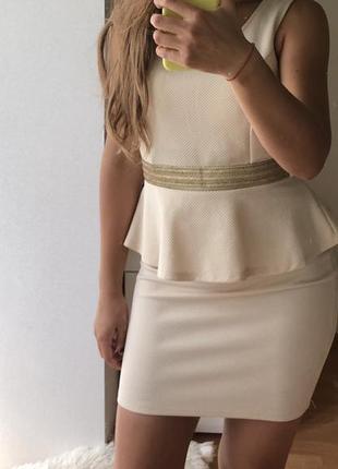 Молочное нюдовое платье с баской
