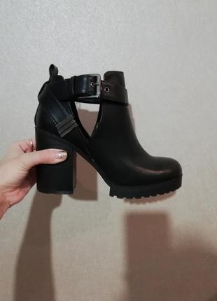 Ботинки на толстой каблуке