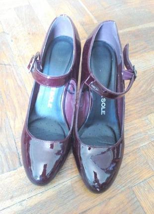 Новые туфли на устойчивом каблуке